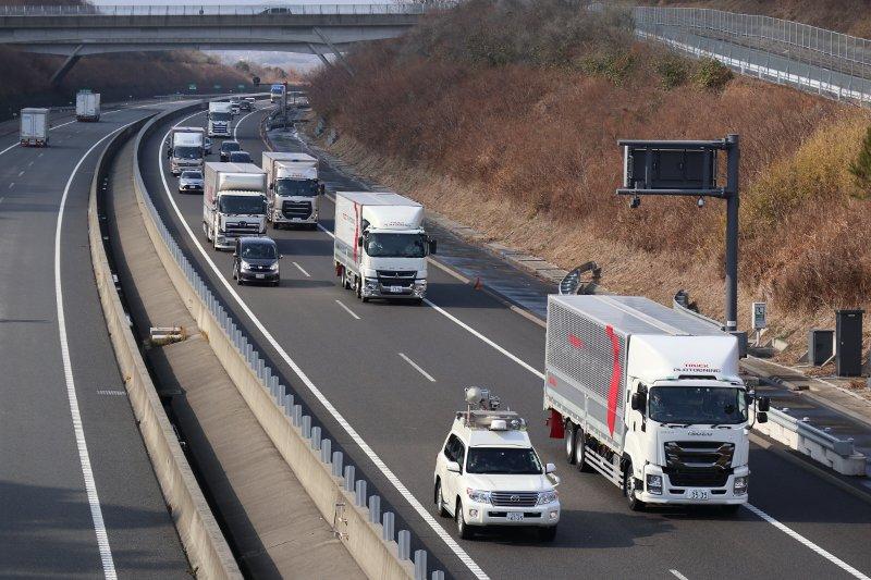 کامیون باری ایسوزو فوسو و نیسان UD در طرح حرکت کاروانی کامیون ها ژاپن